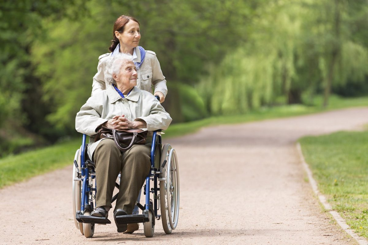 Die Verhinderungspflege kann auch für Spaziergänge genutzt werden.