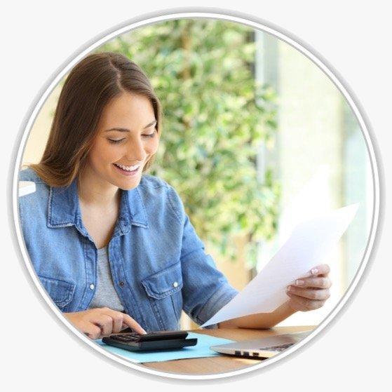 Eine junge Frau mit einem Dokument an einem Schreibtisch