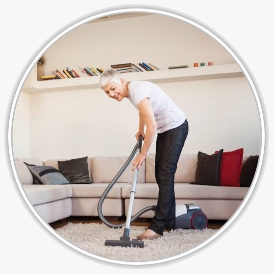 Eine Frau im Wohnzimmer beim Staubsaugen